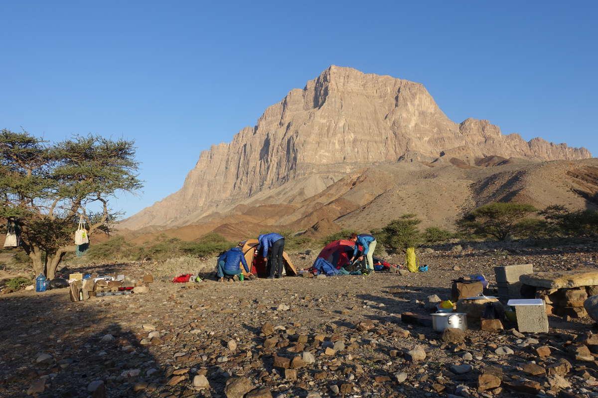 Im Basecamp: Im Hintergrund die Südwand des Jebel Misht